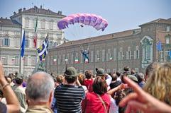Demostración de los paracaidistas en el cielo de la Turín Imagenes de archivo