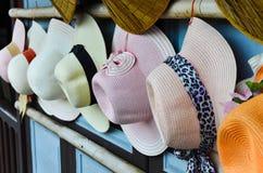 Demostración de los sombreros del vintage en la pared de madera Foto de archivo libre de regalías