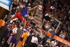 Demostración de medio tiempo acrobática de NBA foto de archivo libre de regalías