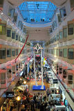 Demostración del Aerialist en la cubierta de 'promenade' del ms Silja Symphony del transbordador Fotografía de archivo libre de regalías