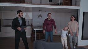 Demostración del agente inmobiliario a los dueños nuevos y a la casa hermosa almacen de metraje de vídeo
