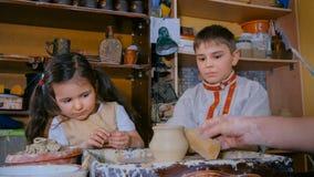 Demostración del alfarero cómo trabajar con de cerámica en estudio de la cerámica foto de archivo
