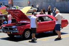Demostración del automóvil, con la variedad de coches y de gente que los admiran, Saratoga Springs, Nueva York, 2016 imagenes de archivo