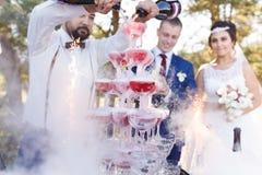 Demostración del camarero en el banquete de la boda Imagenes de archivo