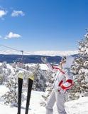 Demostración del esquiador al paisaje hermoso en fondo Fotografía de archivo