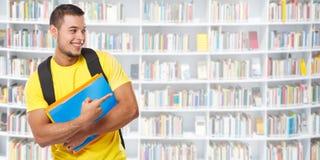 Demostración del estudiante que señala la biblioteca del anuncio del anuncio del márketing que aprende a gente del hombre joven d fotografía de archivo