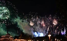 Demostración del fuego artificial de Spectaculare por el lago foto de archivo libre de regalías