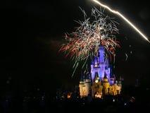 Demostración del fuego artificial en el castillo de Walt Disney Imagen de archivo