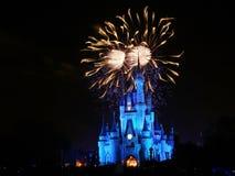 Demostración del fuego artificial en el parque mágico del reino Imagenes de archivo