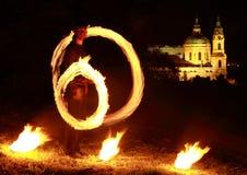 Demostración del fuego con la iglesia detrás Fotografía de archivo