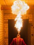 Demostración del fuego de la belleza en la oscuridad Imágenes de archivo libres de regalías