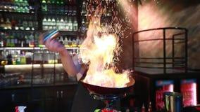 Demostración del fuego en club nocturno almacen de metraje de vídeo