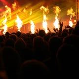 Demostración del fuego en el concierto de una banda de la música rock Imágenes de archivo libres de regalías