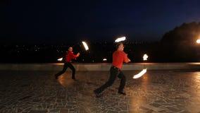 Demostración del fuego en la noche almacen de metraje de vídeo