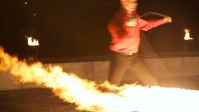 Demostración del fuego en la oscuridad almacen de metraje de vídeo
