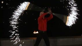 Demostración del fuego en la oscuridad almacen de video