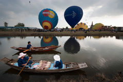 Demostración del globo del aire caliente en el templo antiguo en el festival internacional 2009 del globo de Tailandia Foto de archivo libre de regalías