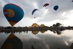 Demostración del globo del aire caliente en el templo antiguo en el festival internacional 2009 del globo de Tailandia Foto de archivo