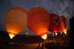 Demostración del globo del aire caliente en el templo antiguo en el festival internacional 2009 del globo de Tailandia Fotografía de archivo libre de regalías