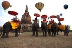 Demostración del globo del aire caliente en el templo antiguo en el festival internacional 2009 del globo de Tailandia Fotos de archivo libres de regalías