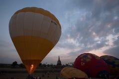 Demostración del globo del aire caliente en el templo antiguo en el festival internacional 2009 del globo de Tailandia Imágenes de archivo libres de regalías