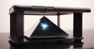 Demostración del holograma en luces del disco de Smartphone La pantalla olográfica móvil de la tecnología futura en fondo rosado  almacen de metraje de vídeo