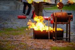 Demostración del instructor cómo utilizar un extintor en un entrenamiento fotografía de archivo