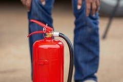 Demostración del instructor cómo utilizar un extintor en un entrenamiento imagenes de archivo