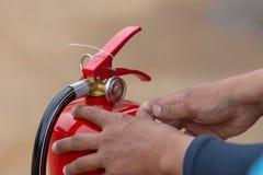 Demostración del instructor cómo utilizar un extintor en un entrenamiento imagen de archivo libre de regalías