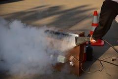 Demostración del instructor cómo utilizar un extintor en un entrenamiento Foto de archivo libre de regalías