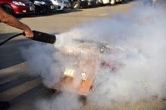 Demostración del instructor cómo utilizar un extintor en un entrenamiento Fotos de archivo