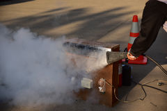 Demostración del instructor cómo utilizar un extintor en un entrenamiento Imágenes de archivo libres de regalías