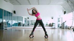 Demostración del instructor el ejercicio de la flexibilidad en el estudio de la danza almacen de metraje de vídeo