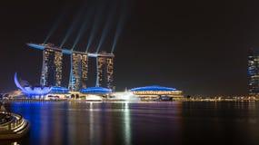 Demostración del laser de las arenas de la bahía del puerto deportivo en la noche, Singapur Fotografía de archivo libre de regalías