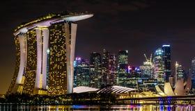 Demostración del laser de Singapur Marina Bay Sand y jardín por la bahía fotografía de archivo libre de regalías