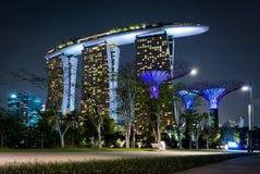 Demostración del laser de Singapur Marina Bay Sand y jardín por la bahía Imagen de archivo libre de regalías