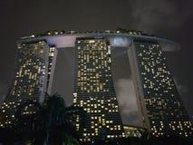 Demostración del laser de Singapur Marina Bay Sand y jardín por la bahía imágenes de archivo libres de regalías