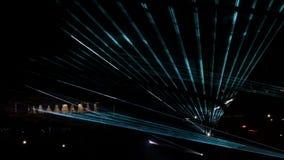 Demostración del laser en la calle durante el día de fiesta Brillo multicolor abstracto de los rayos en la noche almacen de metraje de vídeo
