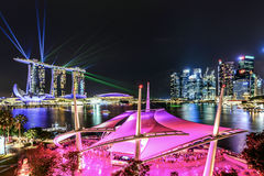 Demostración del laser en Marina Bay Sands tomada de la terraza del tejado del Es foto de archivo