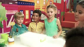 Demostración del nitrógeno líquido para los niños almacen de metraje de vídeo