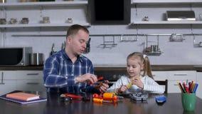 Demostración del papá en la acción al uso de la niña de la llave almacen de video