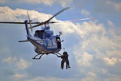 Demostración del rescate del helicóptero policial Foto de archivo libre de regalías