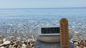 Demostración del termómetro la temperatura del aire en el mediodía cerca del mar almacen de video