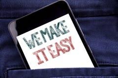 Demostración del texto del aviso de la escritura la hacemos fácil Concepto del negocio para el teléfono móvil escrito solución de fotografía de archivo libre de regalías