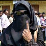 demostración del votante de la mujer que su tinta marcó foto de archivo libre de regalías