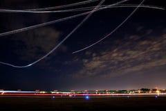 Demostración del vuelo de la demostración de aire en la noche Fotografía de archivo libre de regalías