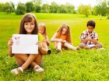 Demostración exterior de la niña su pintura Imagen de archivo libre de regalías
