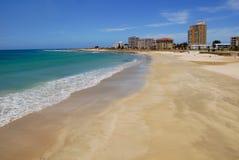 Demostración frente al mar una línea de la playa Imagen de archivo