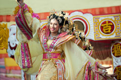 Demostración hermosa del ángel de la mujer en desfile en festival chino del Año Nuevo Fotos de archivo