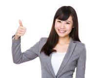 Demostración joven asiática de la empresaria con el pulgar para arriba Fotos de archivo